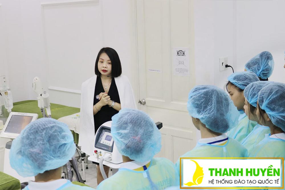 Cô Thanh Huyền trực tiếp giảng dạy